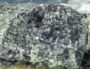 Фото камня с запиской