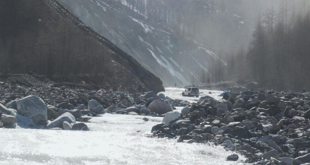 Фото сплошного потока воды по наледи