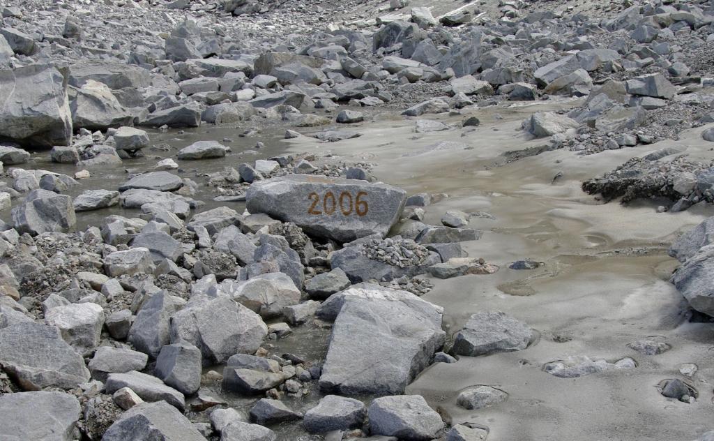Фото камня 2006 на леднике Радде