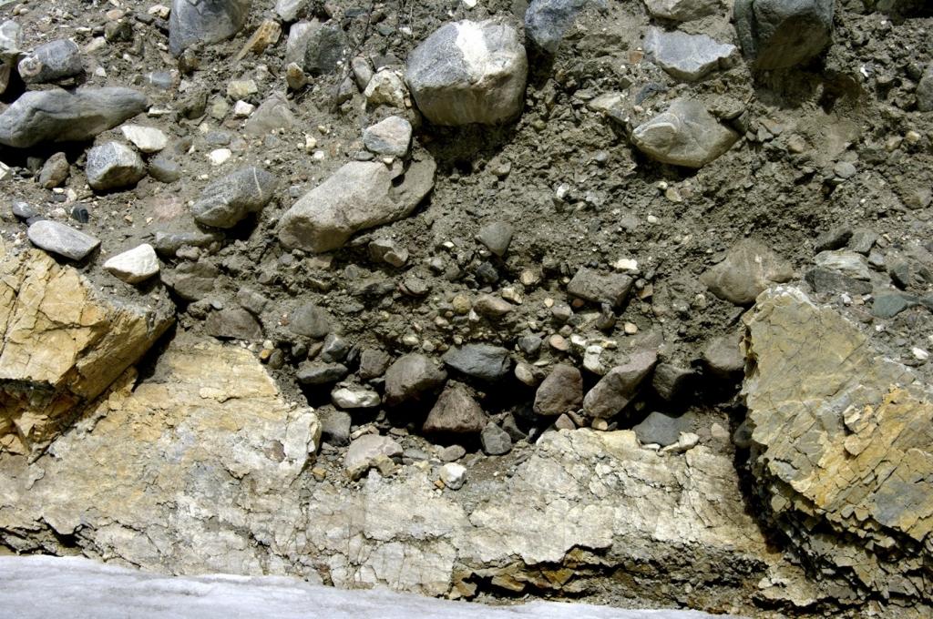 Фото контакта наледного аллювия со скальным основанием